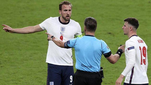 Harry Kane (vlevo) a Mason Mount (vpravo) v diskusi s rozhodčím během zápasu s Dánskem.