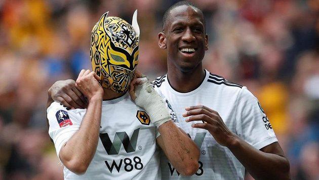 Raul Jimenez (vlevo) a Willy Boly se radují z druhého gólu Wolverhamptonu v semifinálovém utkání FA Cupu proti Watfordu.