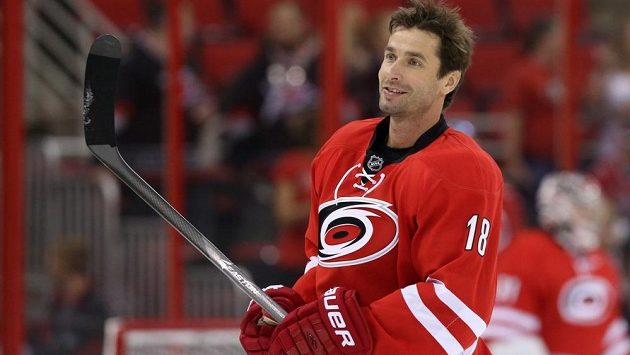 Hokejový útočník Radek Dvořák během svého působení v NHL v dresu Caroliny.