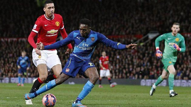 Útočník Arsenalu Danny Welbeck střílí gól Manchesteru United ve čtvrtfinále FA Cupu.