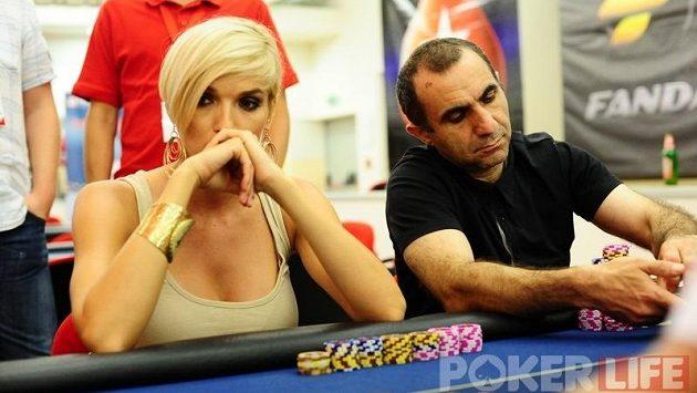 Nepodceňujte své soupeře, aneb jak si blondýnka z mola povodila profesionální pokerové hráče.