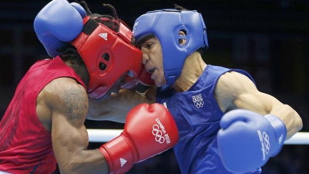 Americký boxer Rau'shee Warren (vlevo) v kategorii do 52 kg prohrál s Francouzem Nordinem Oubaalim