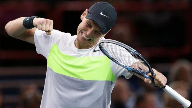 Tomáš Berdych se raduje po vydřené výhře nad Jihoafričanem Kevinem Andersonem v osmifinále turnaje v Paříži