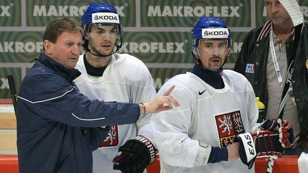 Trenér Alois Hadamczik udílí pokyny Michaelu Frolíkovi (uprostřed) a Tomáši Plekancovi.