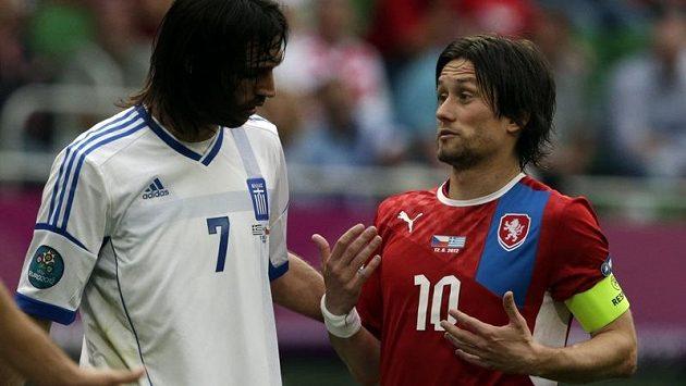 Kapitán české fotbalové reprezentace Tomáš Rosický a řecký útočník Giorgios Samaras.
