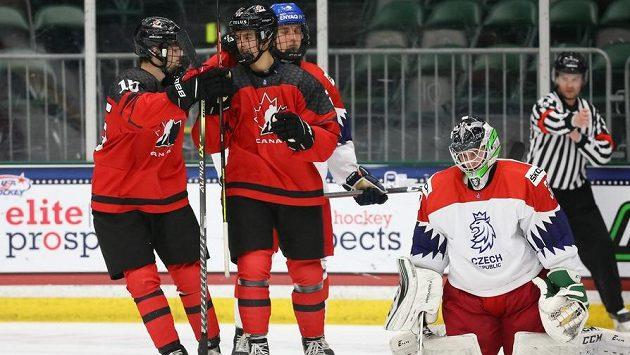 Hokejisté Kanady slaví gól v české síti ve čtvrtfinále MS hráčů do 18 let.