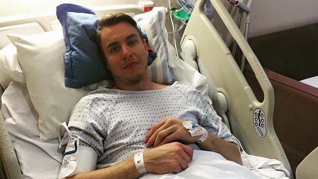 Filip Jícha na nemocničním lůžku v Londýně na snímku, který zveřejnil na facebooku.