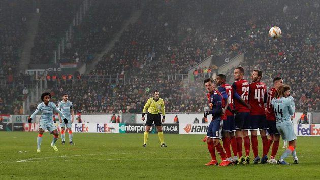 Willianův přímý kop končí gólem v sítí maďarského soupeře.