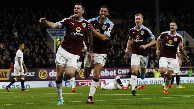 Obránce Burnley Michael Keane (zcela vlevo) slaví se spoluhráči gól proti Watfordu v dohrávce 6. kola anglické Premier League.