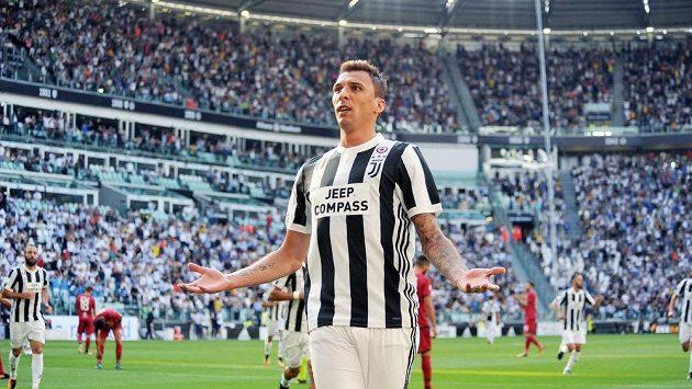 Mario Mandžukič z Juventusu slaví gól proti Cagliari.