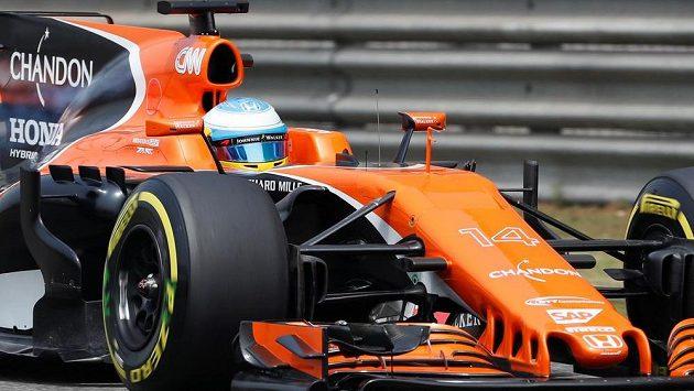 Pilot F1 Fernando Alonso na okruhu v Číně.