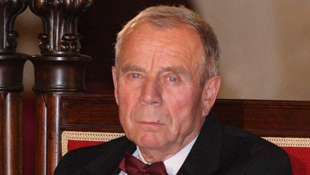 Josef Musil na archivním snímku z roku 2009, kdy z rukou tehdejšího prezidenta České republiky Václava Klause převzal medaili Za zásluhy II. stupně.