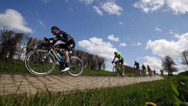 Italský cyklista Elia Viviani (vpředu).