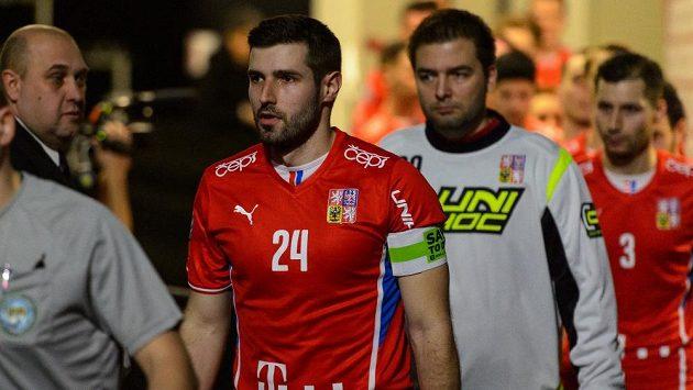 Jan Jelínek přivádí české florbalisty na hřiště v roli kapitána.