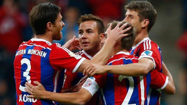 Záložník Bayernu Mnichov Mario Götze se raduje se svými spoluhráči z vítězství. Bavorský celek o víkendu smetl Brémy 6:0.