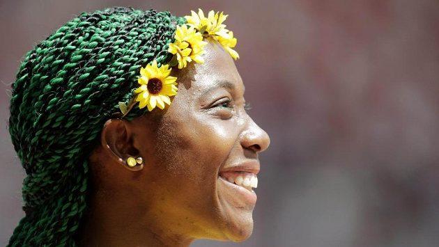 Shelly-Ann Fraserová-Pryceová se v Pekingu představila výstředním účesem v zelené barvě a s květinovou odzobou.