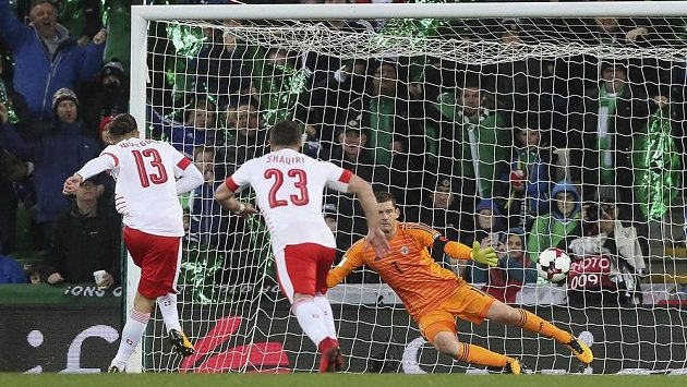 Švýcarský obránce Ricardo Rodriguez proměňuje pokutový kop v barážovém utkání o MS v Rusku 2018 proti Severnímu Irsku.