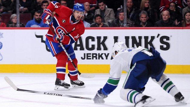 Tomáš Plekanec z Montrealu v duelu proti Vancouveru. Pasu českého útočníka nezabránil ani Radim Vrbata (na ledě).