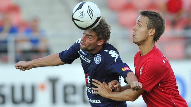 Václav Ondřejka ze Slovácka (vlevo) hlavičkuje míč před brněnským Luďkem Pernicou.