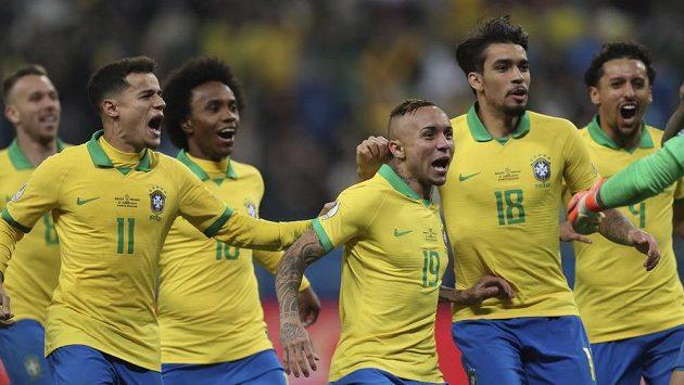 Radost fotbalistů Brazíle po postupu do semifinále jihoamerického šampionátu.