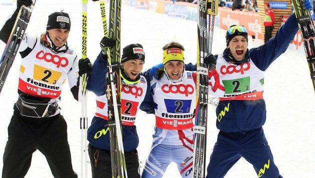 Triumfální jásot francouzských sdruženářů po vítězství v závodu družstev na MS ve Val di Fiemme. Zleva Sébastien Lacroix, Francois Braud, Jason Lamy Chappuis a Maxime Laheurte.