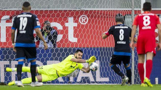 Brankář Augsburgu Tomáš Koubek chytá penaltu, kterou kopal Klaus Gjasula z Paderbornu.