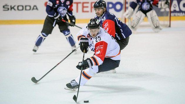 Liberecký Petr Gřegořek (vpravo) a Richard Jenčík z Košic během duelu hokejové Ligy mistrů.