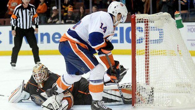 Sporný moment. Obránce Islanders Thomas Hickey překonává v nájezdech gólmana Anaheimu Jonathana Berniera. Sudí jeho gól uznali.