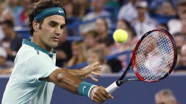 Roger Federer během zápasu s Kanaďanem Raonicem.