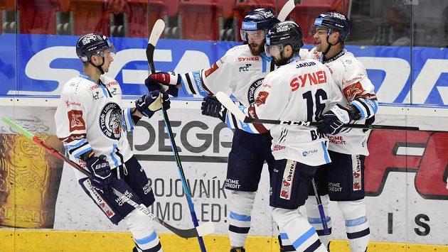 Hráči Liberce se radují z gólu na ledě Olomouce.