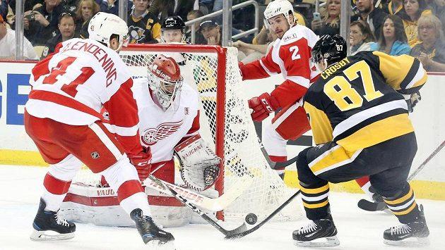Brankář Detroitu Petr Mrázek řeší za pomoci spoluhráčů Luka Glendeninga a Brendana Smithe šanci kapitána Pittsburghu Sidneyho Crosbyho.
