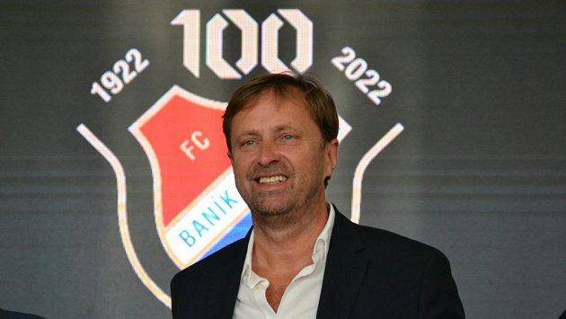 Majitel Baníku Václav Brabec před speciálním klubovým logem k oslavám 100 let klubu.
