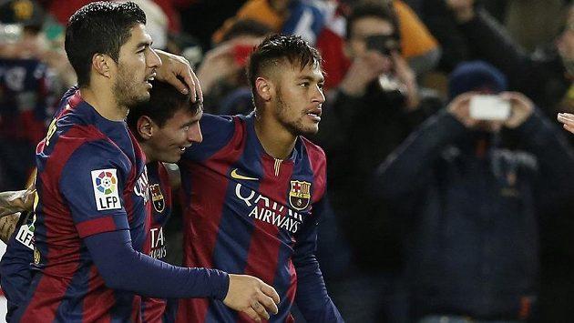 Fotbalisté Barcelony zleva Luis Suárez, Lionel Messi a Neymar se radují ze vstřeleného gólu v utkání proti Villarrealu.
