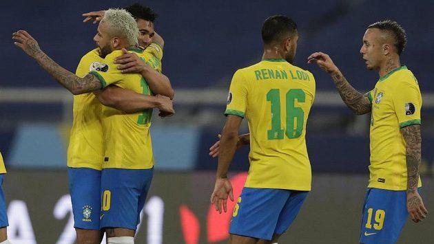 Střelec vítězného gólu Brazílie Casemiro (vlevo) oslavuje se spoluhráčem Neymarem svou trefu do sítě Kolumbie.