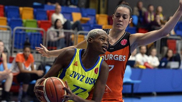 Zleva Valériane Ayayiová z USK Praha a Sarah Michelová z Bourges.