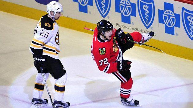 Útočník Chicaga Artěmij Panarin (vpravo) slaví gól v zápase s Bostonem. Vlevo je obránce Bruins John-Michael Liles.
