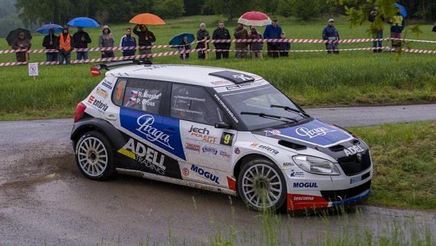 Posádka Roman Kresta a Petr Gross projíždí rychlostní zkoušku nedaleko Besednice při Rallye Český Krumlov.