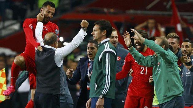 Fotbalisté Turecka slaví postup na mistrovství Evropy.