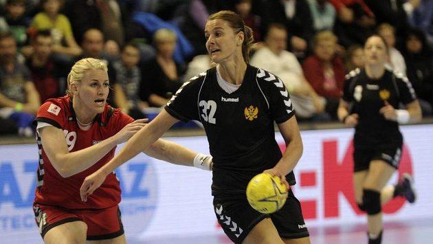 Česká reprezentantka Helena Štěrbová (vlevo) brání Katarinu Bulatovičovou z Černé Hory.