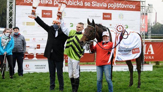 Trenér Radek Holčák a žokej Lukáš Matuský s koněm Hegnusem oslavují vítězství ve 130. ročníku Velké pardubické.