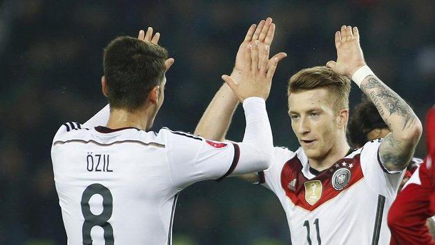 Němec Marco Reus (vpravo) slaví gól proti Gruzii se spoluhráčem Mesutem Özilem.