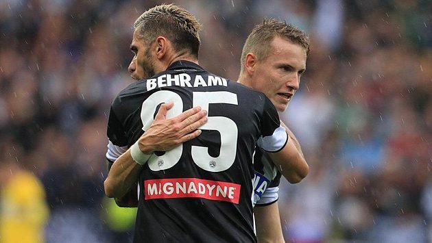 Český záložník Udine Jakub Jankto přijímá po gólu do sítě Janova gratulaci od spoluhráče Valona Behramiho.