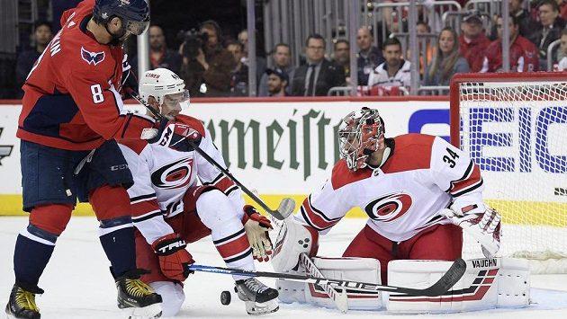 Ostrostřelec ve službách Washingtonu Alexandr Ovečkin (vlevo) si v rozhodujícím sedmém utkání 1. kola play off NHL na brankáře Caroliny Petra Mrázka nepřišel.
