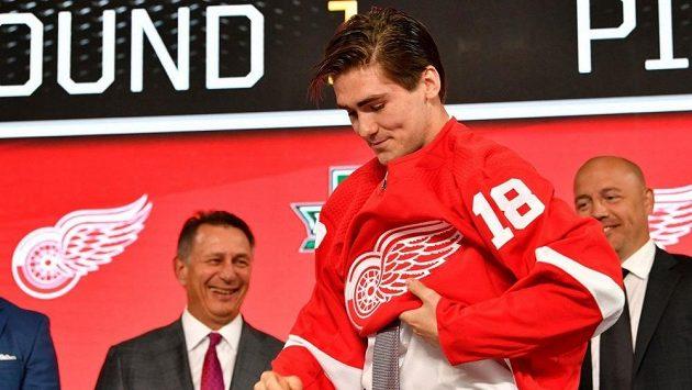 Filip Zadina na draftu NHL obléká dres Detroitu.