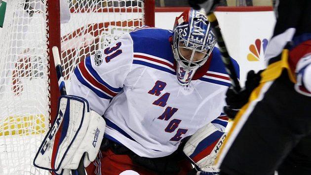 Gólman NY Rangers Ondřej Pavelec (31) při utkání s Pittsburghem.