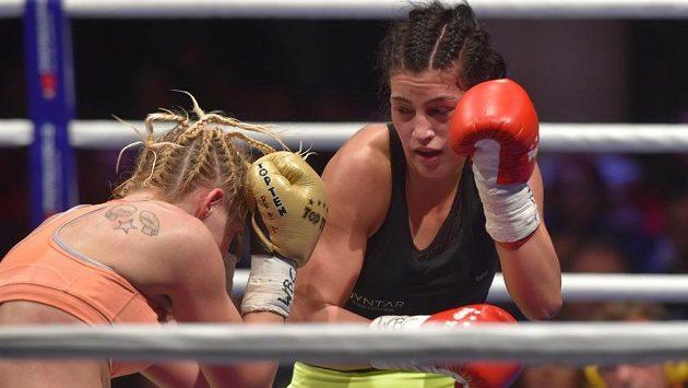 Česká boxerka Lucie Sedláčková (vpravo) v boji s Pašou Malagičovou z Bosny a Hercegoviny o juniorský titul mistryně světa WBC v pérové váze.