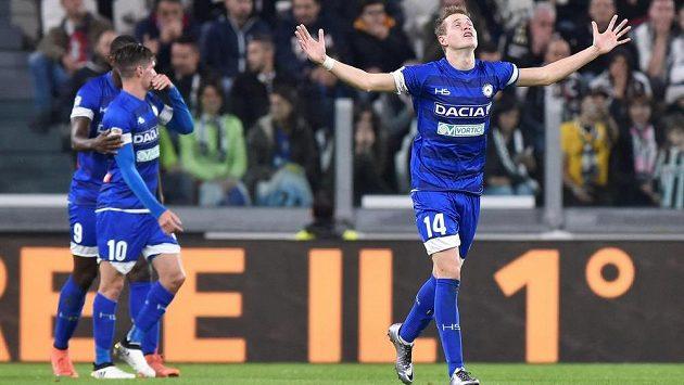 Český záložník Jakub Jankto (vpravo) z Udine slaví gól.