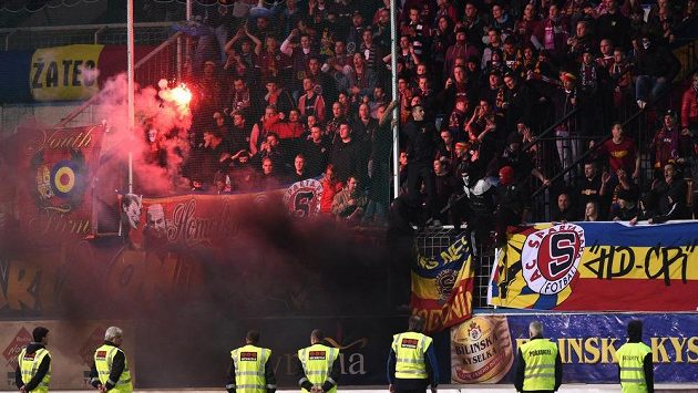 Fanoušci Sparty Praha během utkání v Teplicích.