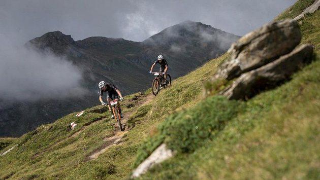 Bikeři Kristián Hynek a Martin Stošek na trati Swiss Epic.