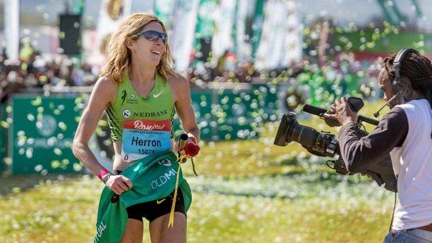 Camille Herronová vítězí v červnu 2017 na Comrades Marathon.